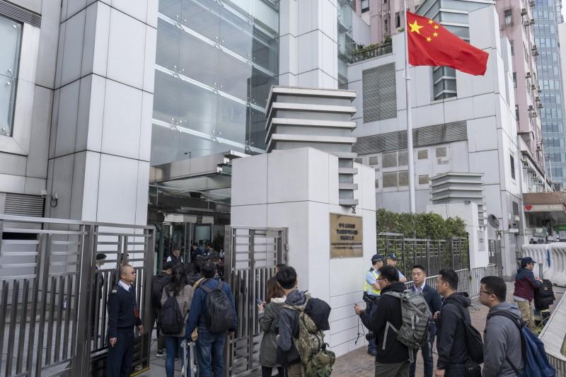 香港中聯辦主任駱惠寧昨履新,即有海內外媒體一早排隊進入中聯辦採訪。(彭博)
