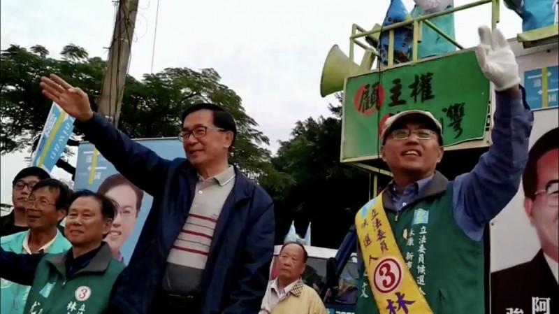 前總統陳水扁(左)昨傍晚現身台南永康,陪同一邊一國行動黨台南第四選區立委候選人林志文(右)路口拜票。(資料照)