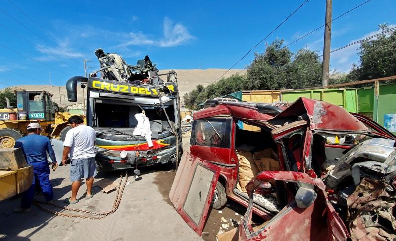 秘魯6日清晨高速公路發生嚴重車禍,客運衝撞路旁停放的8台車輛,造成16死42傷。(路透)