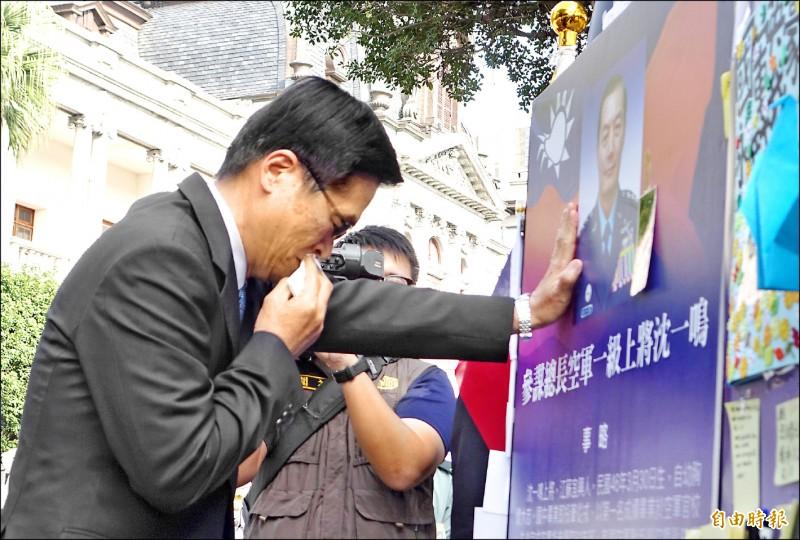 國防部長嚴德發昨赴台北賓館弔唁黑鷹殉職將士,在已故參謀總長沈一鳴照片前痛苦失聲。(記者王藝菘攝)