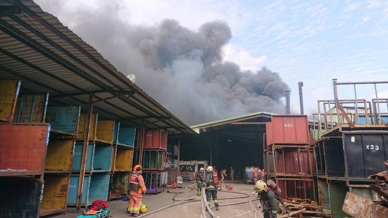 新北市近來連傳3起工廠大火,五股一間染整廠今天傳出火警,竄出沖天濃煙。(記者吳仁捷翻攝)