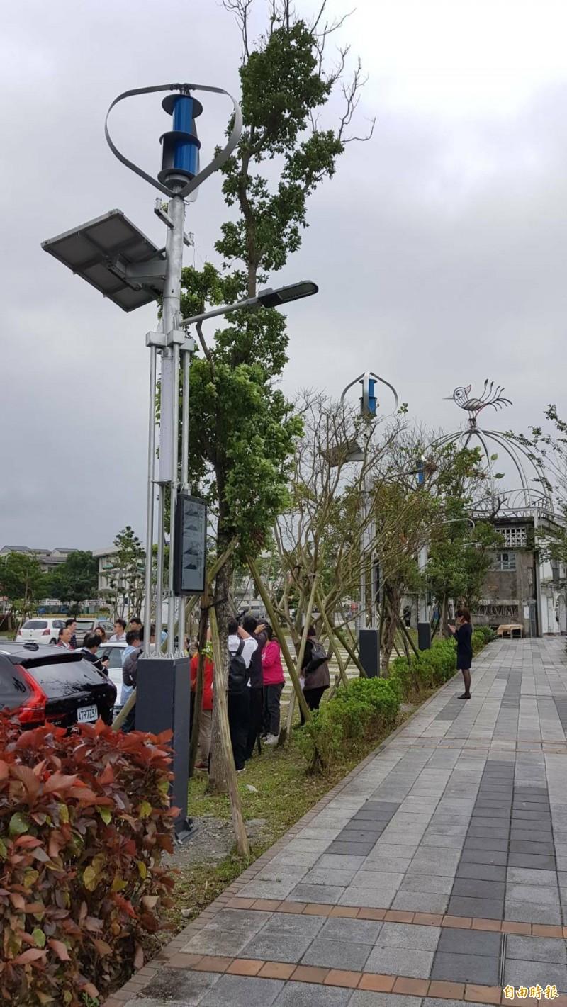 宜蘭智慧路燈來囉,結合太陽能、風力發電、電子紙面板等運用。(記者游明金攝)