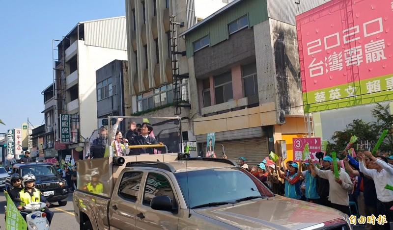 民進黨副總統候選人賴清德今至台南陪同立委候選人賴惠員掃街拜票,沿途受到民眾熱情歡迎,賴清德表示,對溪北選情有信心,但還是要小心。(記者王涵平攝)