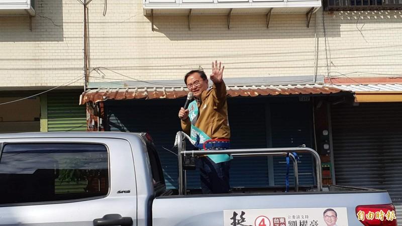 台東立委候選人劉櫂豪下午在台東市康樂地區車隊掃街,向選民揮手致意。(記者黃明堂攝)