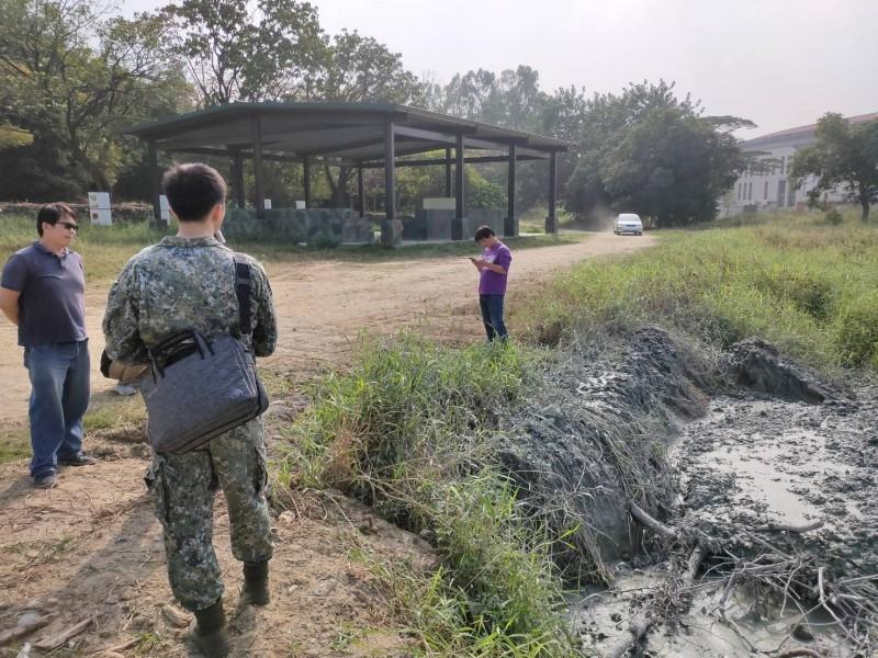 環保局於官校內發現堆放3立方公尺的營建土石方。(記者陳文嬋翻攝)