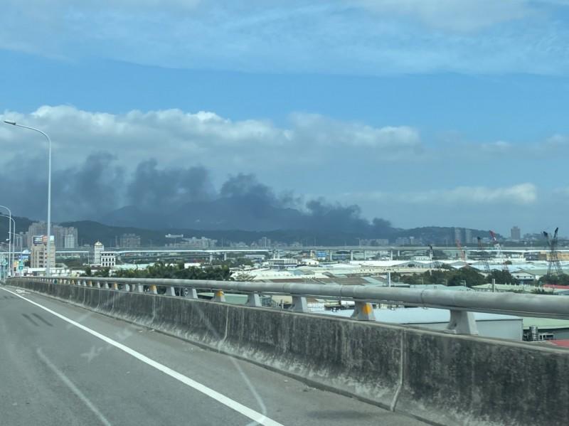 今上午位於新北市五股區的一間鐵皮工廠於上午約10點半突傳大火,有民眾在遠處看到大片黑煙瀰漫天際。(圖由民眾陳明煌提供)