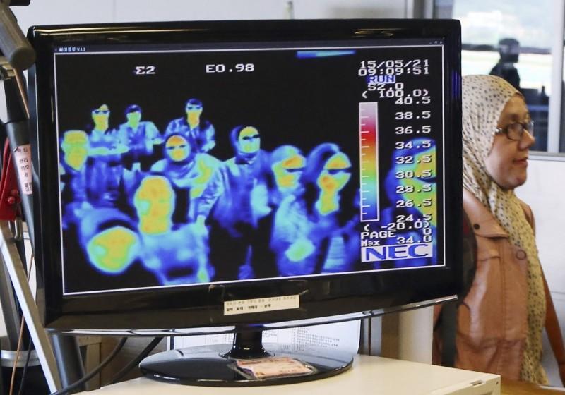 中國武漢爆發不明肺炎,官方今(8)日表示,有8名患者經治療後已可出院。圖為機場的體溫監控設備。(美聯社)