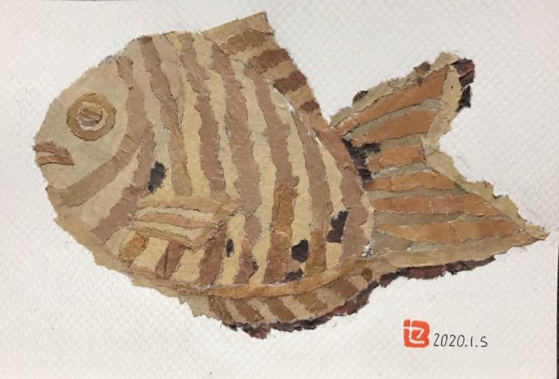 因舊報紙拼貼藝術而在網路上得到廣大迴響的日本木村阿嬤,將推出人生第一本著作,與更多人分享她的創作經歷。圖為木村阿嬤在生日當天推出的新作品「鯛魚燒」,生動呈現出鯛魚燒因烘焙程度不等的細微色澤變化。(圖擷取自推特_91歳セツの新聞ちぎり絵)