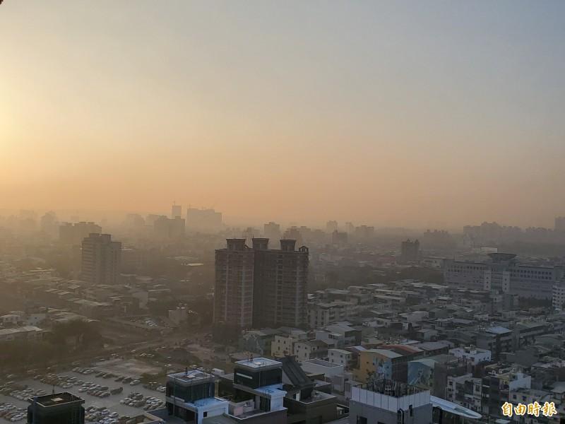 高市今早空氣品質不佳,8測站呈現橘色,對敏感族群不健康,市府環保局提醒民眾外出戴口罩。(記者陳文嬋攝)