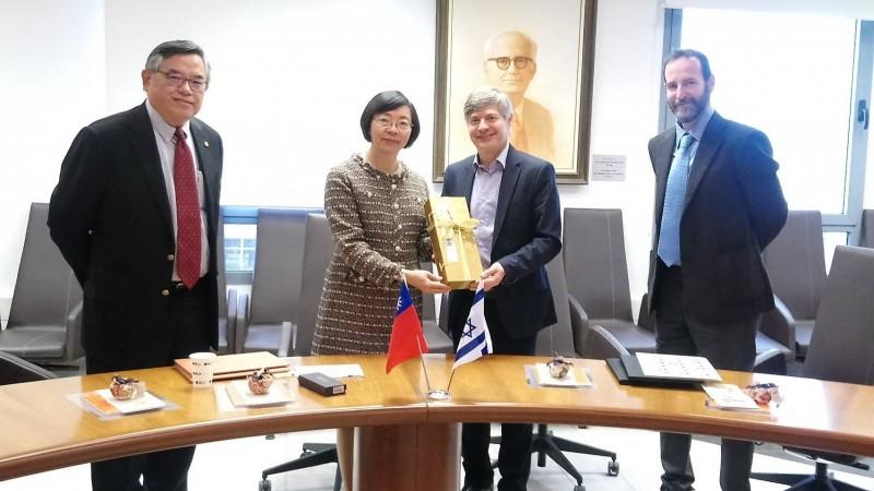 國家圖書館館長曾淑賢(左二)與以色列台拉維夫大學合作,建置中東第一個「台灣漢學資源中心」!(國圖提供)
