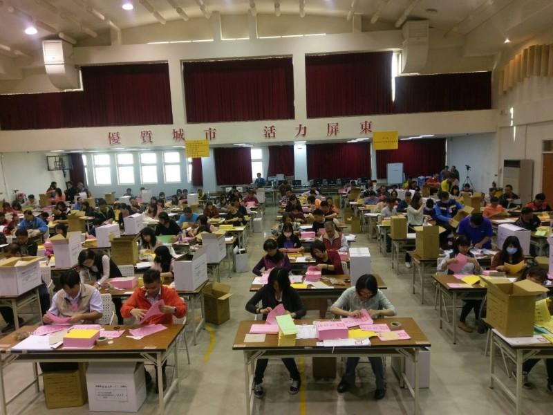 屏東縣今年共設有705個投票所,今天選舞會將選票送到各鄉鎮市選務中心,進行清點選票作業。(屏東縣選委會提供)