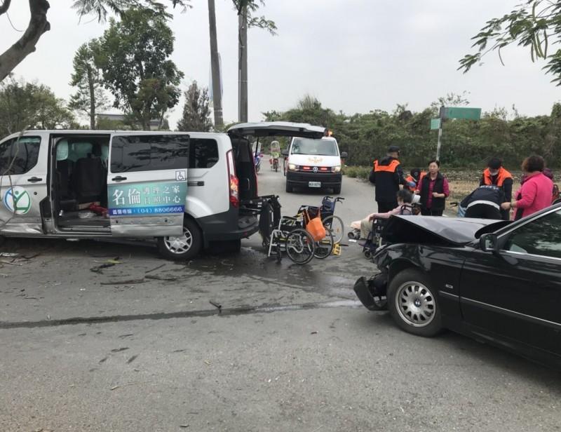 事故後消防隊員緊急將車內長者救出,送往醫院急救。(記者陳冠備翻攝)