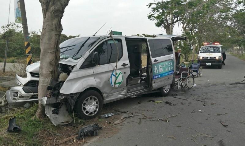 復康巴士撞上路樹,車頭全毀。(記者陳冠備翻攝)