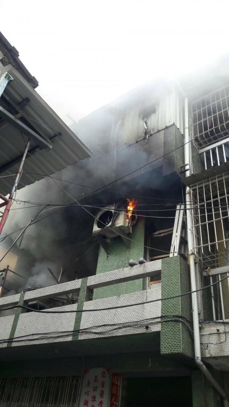 火勢及濃煙從2樓上竄。(記者黃旭磊翻攝)