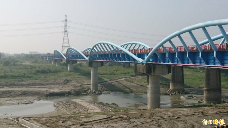 曾文溪新渡槽橋跨越曾文溪河床,是山海圳綠道其中一段。(記者楊金城攝)