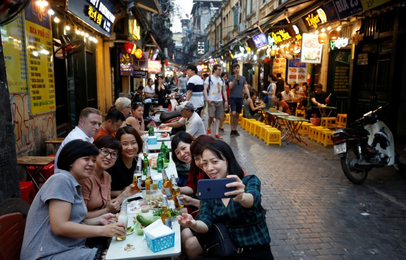 越南酒駕新罰則上路,加重酒駕刑罰,導致酒吧生意明顯下滑,各家酒吧紛紛祭出「接送」服務吸引客人上門。圖為示意圖。(路透)