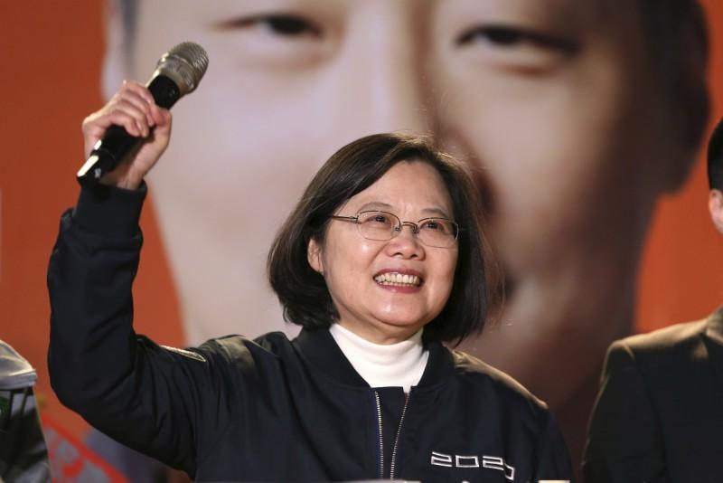 蔡英文總統(見圖)接受時代雜誌專訪時強調,我方當然會很仔細地觀察美中貿易談判,但也有信心,不論行政或立法部門,美國整體對台灣的支持是有史以來最強的。圖為蔡英文9日晚間在台灣參加選舉造勢活動。(美聯社)