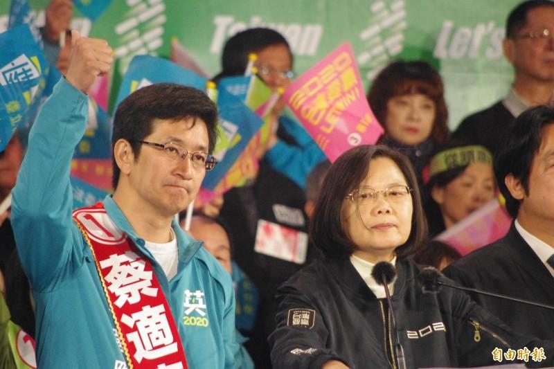 面對國民黨總統候選人韓國瑜昨天晚間在總統府前的凱道造勢,民進黨總統候選人蔡英文表示,雖然韓國瑜的支持者對於國家改革的方向與我們不同,但我們選後不管輸贏,「大家都要張開雙手擁抱他們」。(記者林欣漢攝)