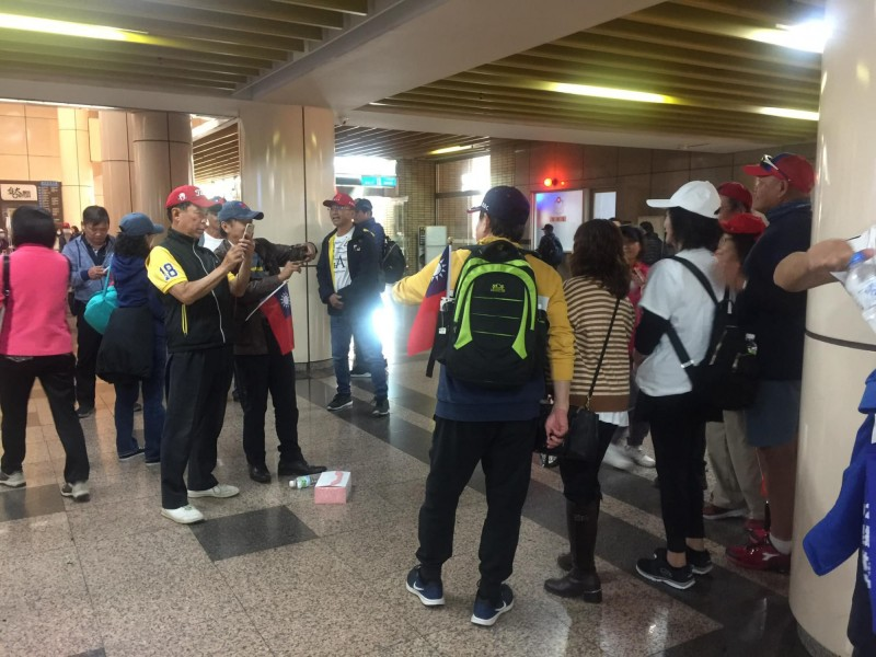 台大醫學院學生發現不少來參加韓國瑜造勢的韓粉湧入台大醫院拍照、休息。(圖取自女學生臉書)