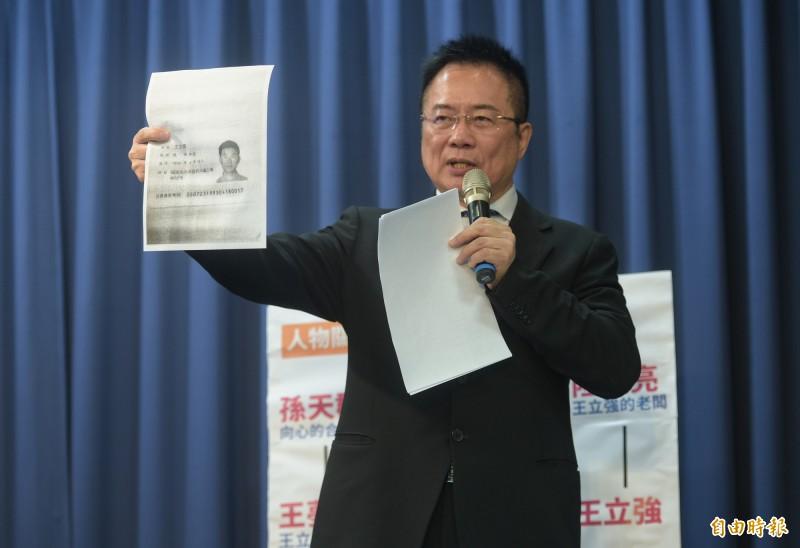 國民黨副秘書長蔡正元9日召開「抓到了!民進黨介入王立強假共諜案?」記者會,出示他掌握的文件證據與錄音。(記者張嘉明攝)