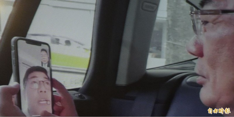 蔡正元(右)今在記者會播放當時與王立強(左)視訊的側錄畫面,否認在聯繫時威脅王立強。(記者張嘉明翻攝)