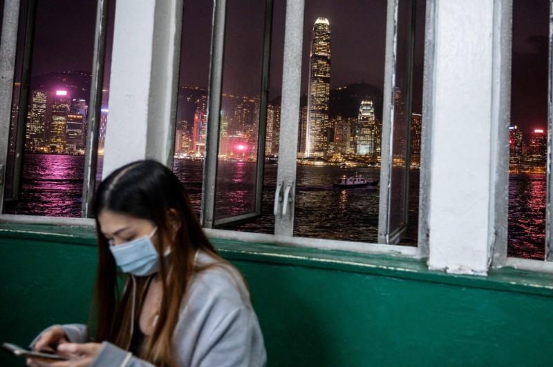 香港高等法院去年宣判《禁蒙面法》違憲無效,港府不服上訴,立法會議員郭榮鏗批評,適逢武漢不明肺炎危機,此舉是置市民健康不理。(法新社)