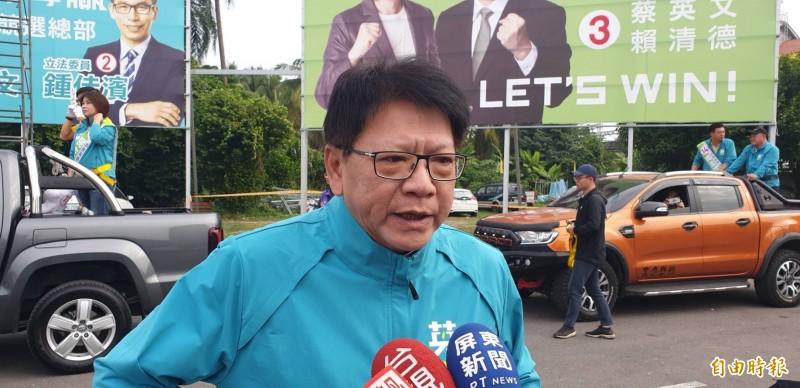 超級助選員屏東縣長潘孟安在昨天連站吉普車15個小時後,今天又開始馬不停蹄的輔選。(記者葉永騫攝)
