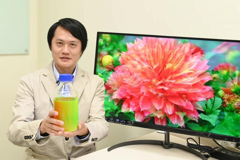 陳學仕說,只要看過量子點的螢幕與色彩,就回不去了,未來這項技術可望席捲全球顯示器市場,成為電視、顯示器、穿戴裝置、手機螢幕的標準配備。(清大提供)
