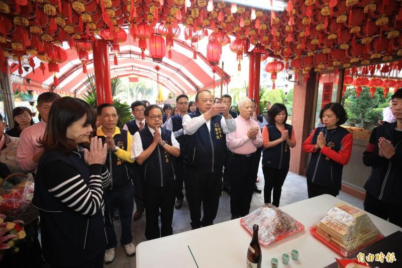今日是土地公「尾牙」,副市長陳子敬率市府團隊前往西屯區惠來里福德祠祭拜。(記者黃鐘山攝)