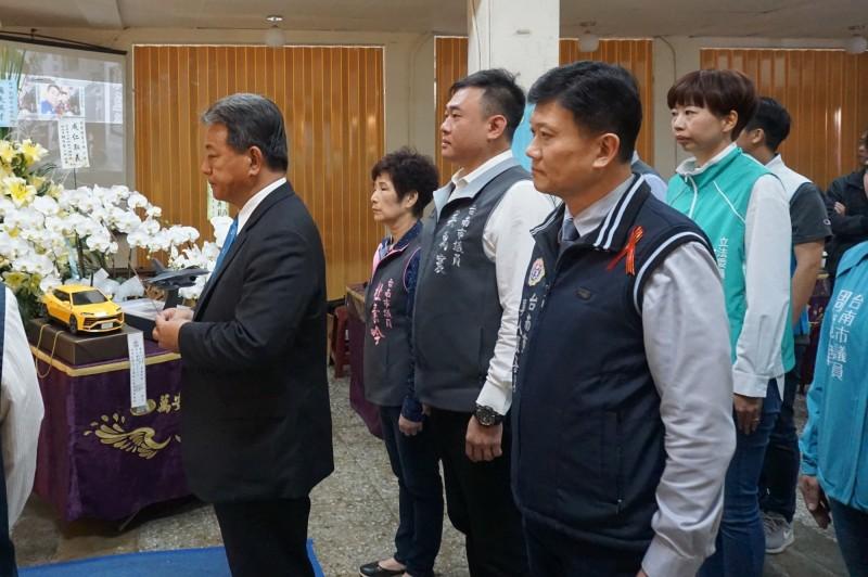 南市議長郭信良(左)與多位市議員到市立殯儀館悼念劉鎮富少校及慰問家屬。(南市議會提供)