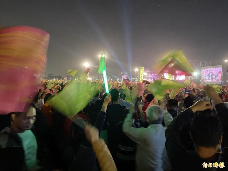 光復高雄晚會宣布超過15萬人。(記者黃旭磊攝)