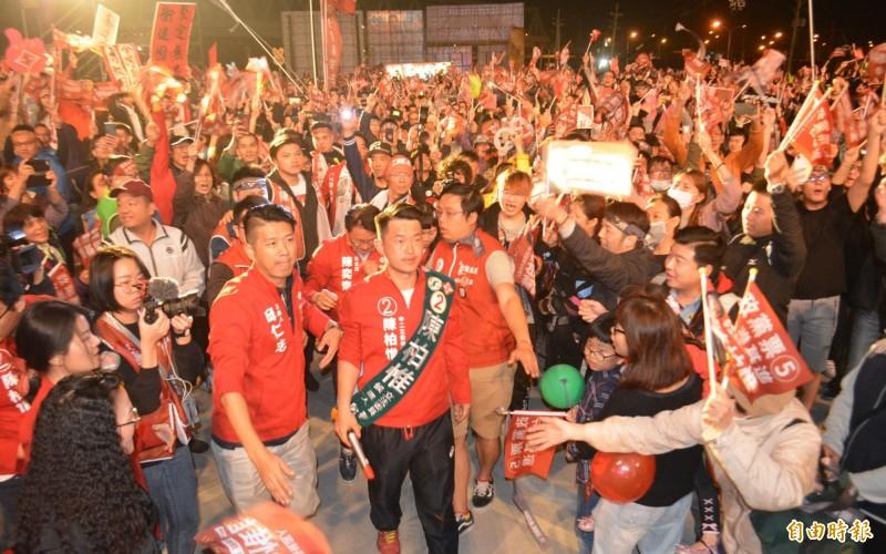 台灣基進今天舉辦選前造勢晚會,陳柏惟進場時全場上萬名支持者情緒沸騰。(記者陳建志攝)