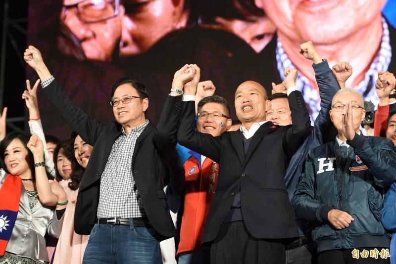國民黨總統候選人韓國瑜(右2)本週催票電話不斷,廣告強力放送,學者認為顯然有重金到位。(資料照)