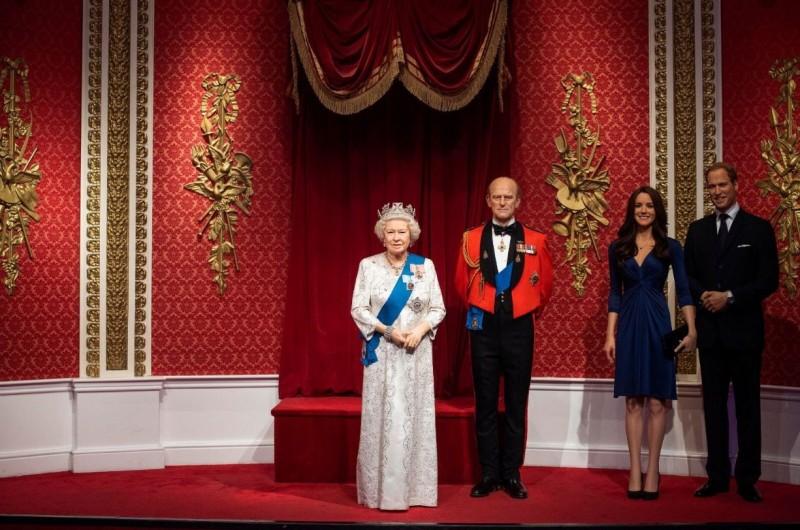 哈利王子與夫人梅根8日發布聲明宣布退出資深王室成員,杜莎夫人蠟像館立即將兩人的蠟像從皇室成員區撤離。(圖擷自杜莎夫人蠟像館推特@@MadameTussauds)