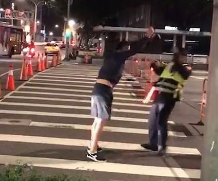 藝人趙駿亞今天晚不滿警方交管,與警察發生爭執。(民眾提供)