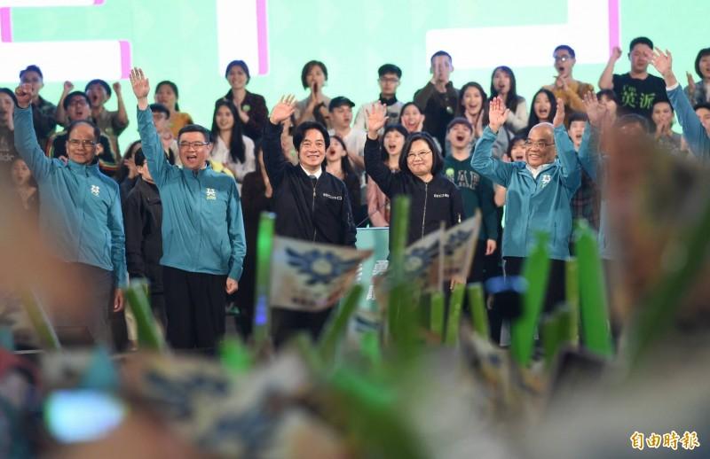 民進黨「團結台灣 民主勝利」選前之夜造勢晚會,主辦單位在晚間9點多宣布,現場群眾及觀看直播人數已經突破53萬人。(記者方賓照攝)