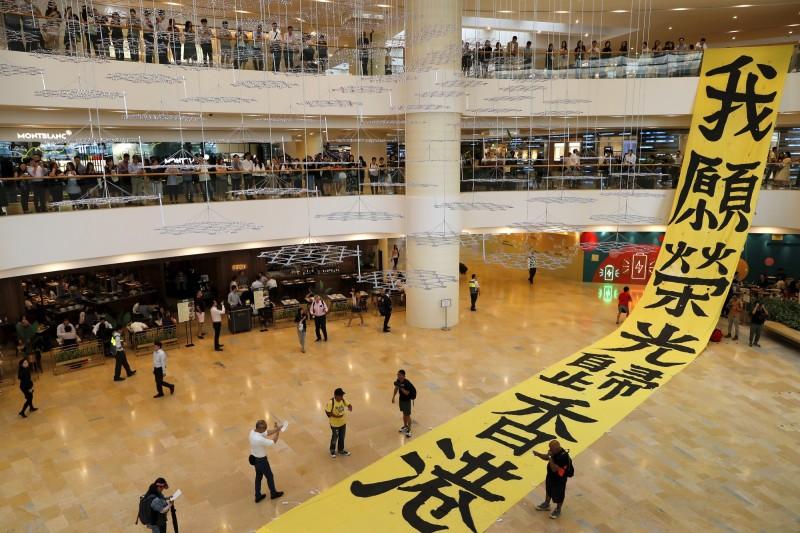 今年9月,示威民眾在太古廣場內展開抗議布條。(彭博檔案照)