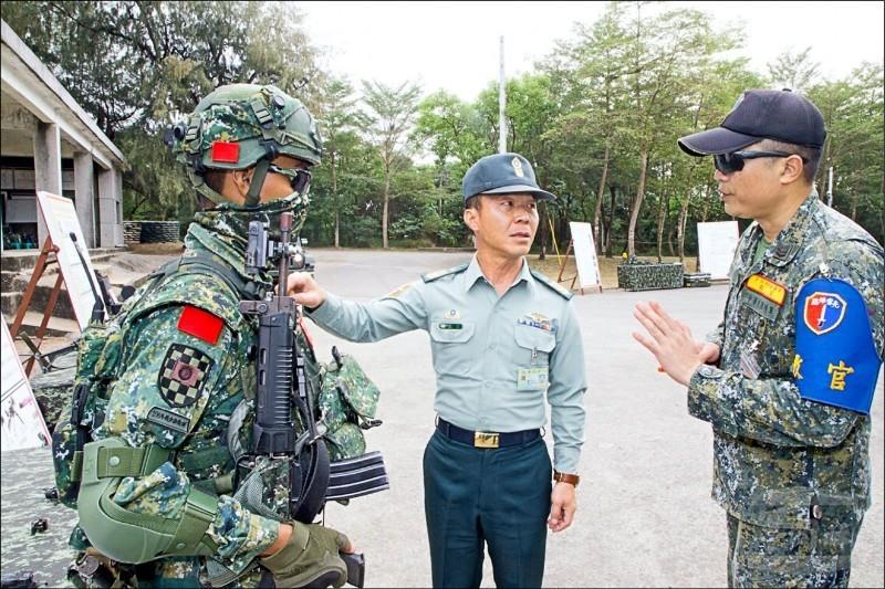 國防部曾在韓正宏(中)協助規劃下,向政院提出調整國軍士官督導長加給的建議方案,政院已在日前核定這項方案。(軍聞社提供)