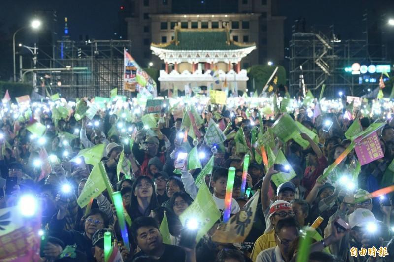 民進黨「團結台灣 民主勝利」選前之夜造勢晚會,支持民眾以旗海燈海照亮凱道。(記者方賓照攝)