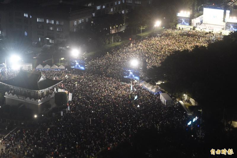 民進黨「團結台灣 民主勝利」選前之夜造勢晚會,支持民眾站滿凱道會場。(記者方賓照攝)