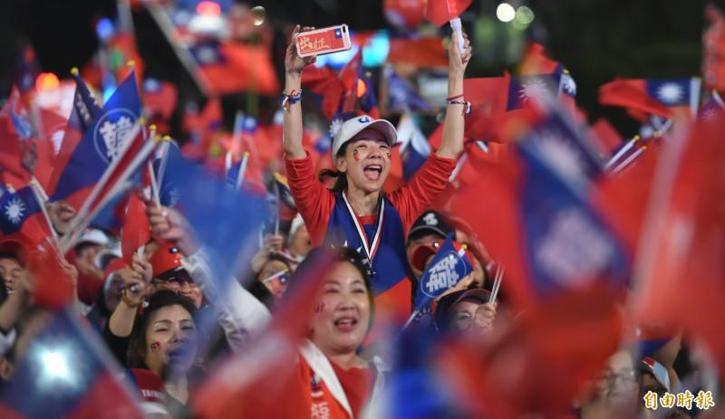 香港媒體昨參加凱道造勢訪問韓粉,有韓粉稱若蔡英文當選,就要開始考慮移民到中國。(資料照)