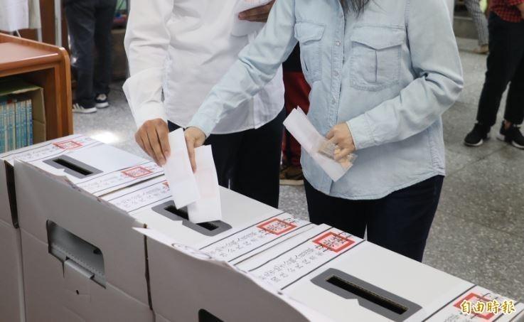 1月11日上午8點至下午4點,各投票所開放民眾投下總統、立委、政黨票等3張選票。(資料照)