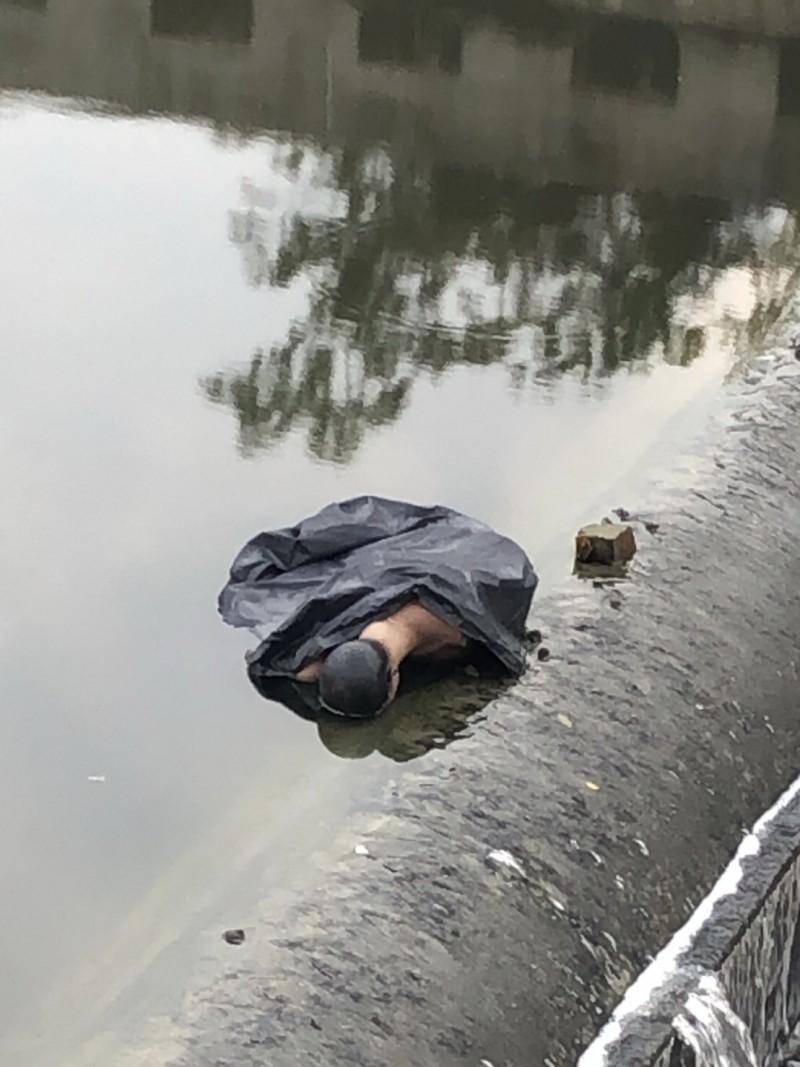 模特兒被包在垃圾袋中棄置在排水溝,有民眾看到後很害怕報案。(記者王捷翻攝)