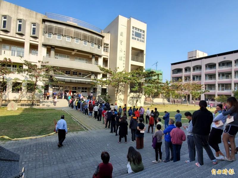 高市今許多投開票所大排長龍,高市選委會預估投票率可達7成。(記者陳文嬋攝)
