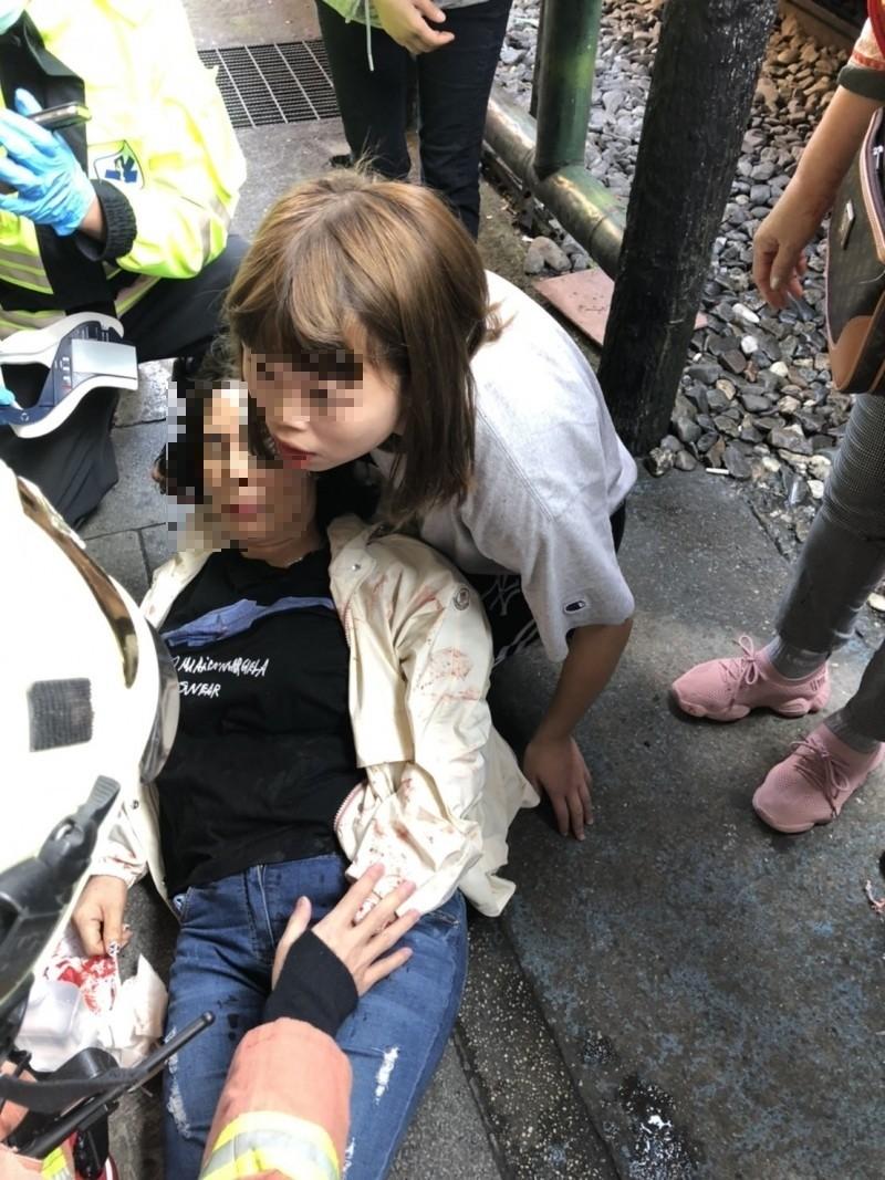 台鐵4714號次列車,今天上午駛進新北市平溪區十分站時,撞傷一名韓籍女遊客,還好遊客僅額頭受傷,意識清楚。(記者林嘉東翻攝)