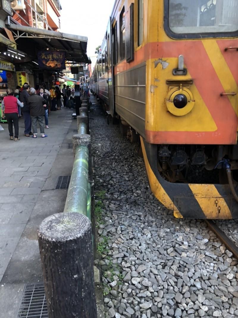 台鐵4714號次列車,今天上午駛進新北市平溪區十分站時,撞傷一名韓籍女遊客,還好僅額頭受傷,意識清楚。(記者林嘉東翻攝)