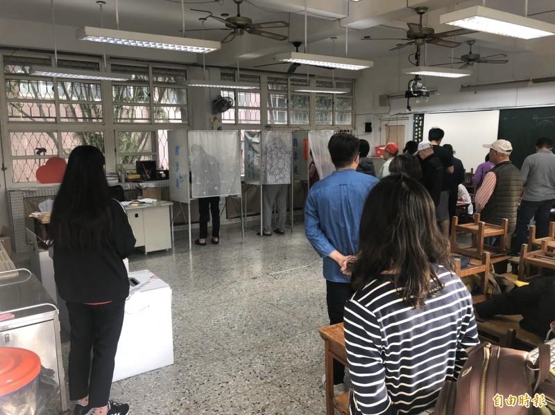 今天投票日,彰化傳出有選民因印泥太濕蓋第1張選票時滲透到第2張的糾紛案。(記者湯世名攝)