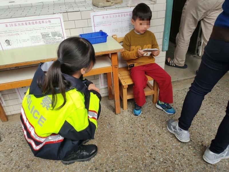 女警陪同等候的孩童。(記者許倬勛攝)