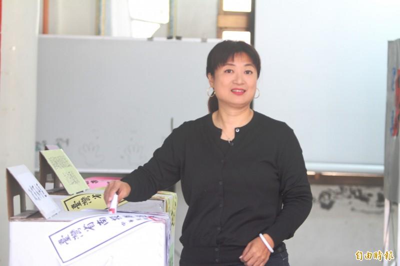 南投立委第一選區民進黨候選人蔡培慧,回到魚池故鄉投票。(記者劉濱銓攝)