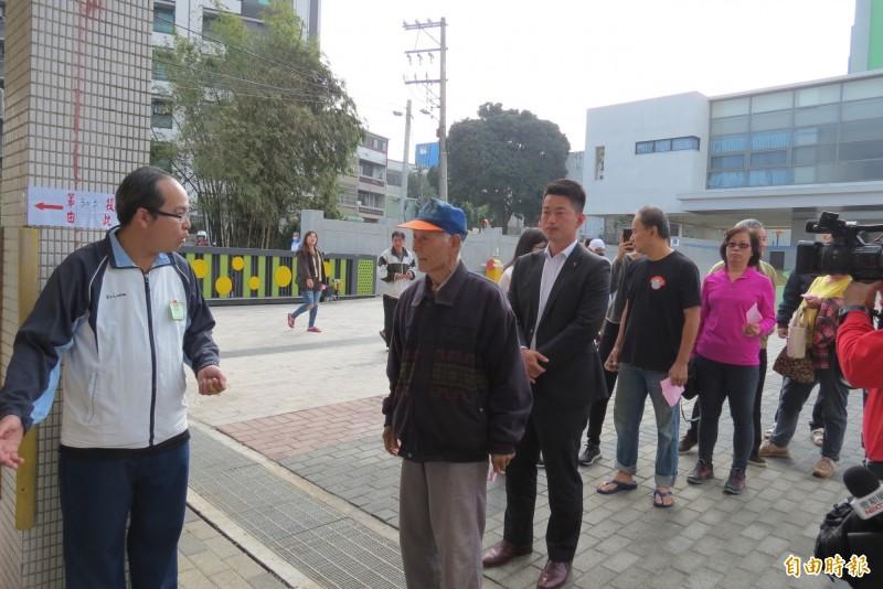陳柏惟今天到龍井龍峰國小投票,希望晚上大家一起來慶祝台灣的勝利(記者蘇金鳳攝)